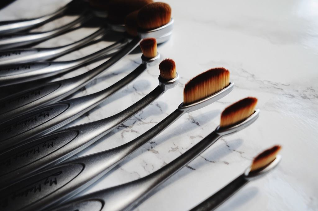 Andrea Ewanishan, lifestyle blogger from Calgary, reviews the oval makeup brush set from My Brush Set & how she uses it.